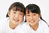 画像:笑顔の小学生姉妹